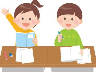 机で勉強する男の子と挙手する女の子