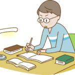 机で一生懸命勉強する男児